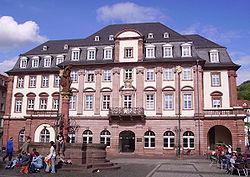 Herkulesbrunnen und Rathaus Heidelberg.jpg