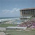 Herzlia (Hertzlya) Geizcht op hotel Accadia met openluchtzwembad en de branding, Bestanddeelnr 255-9354.jpg