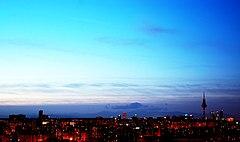 Madrid di notte. Grazie al periodo della Movida, sono sorte delle espressioni nel vocabolario madrileno come Madrid nunca duerme (Madrid non dorme mai), Esta noche todo el mundo a la calle (Questa notte tutti in giro) o Madrid me mata (Madrid mi uccide).