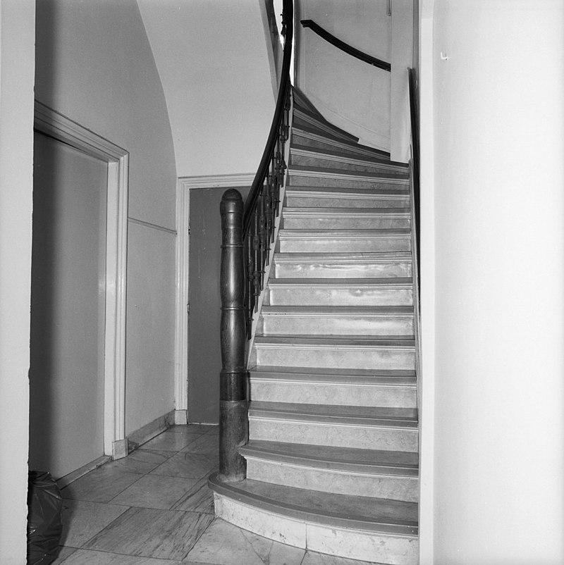 Koopmanshuis doorlopend naar wijnstraat 14 met eenvoudige gevel afgesloten door een houten - Gang met trap ...