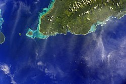 Satellite image of A'ana district, west end of Upolu with tiny Manono & Apolima islands to the west. (ناسا photo, 2009).