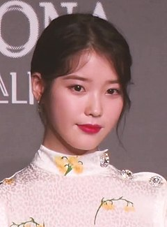 "IU at ""Persona"" press conference, 27 March 2019 01.jpg"