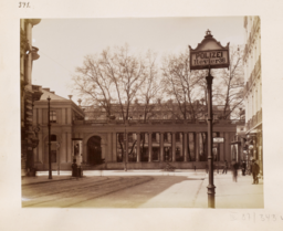 Blick aus der Kochstraße auf die Kolonnaden des Prinz-Albrechts-Palais Schwartz, F. Albert, CC BY-SA 4.0 <https://creativecommons.org/licenses/by-sa/4.0>, via Wikimedia Commons