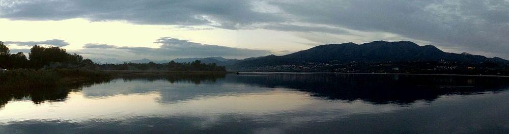 Il lago di Varese al tramonto con il massiccio del monte Campo dei Fiori sullo sfondo.