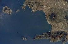 Satelita foto de la Golfo de Napolo; Ischia estas la plej okcidenta insulo