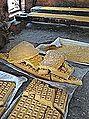Jaggery dans une sucrerie traditionnelle (Kallikoppalu, Inde) (14528469953).jpg