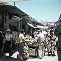 Jeruzalem Bananenvverkoper met klanten midden in een smalle, drukke straat met…, Bestanddeelnr 255-9265.jpg