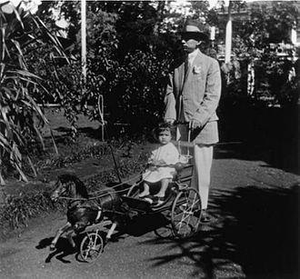 John ʻAimoku Dominis - John ʻAimoku Dominis and son at Washington Place, 1913