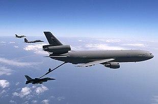 Un McDonnell Douglas KC-10 Extender rifornisce un F-16, mentre un altro F-16 e un F-15 sono in attesa