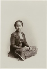 KITLV 28541 - Kassian Céphas - Studio picture of a young woman, presumably at Yogyakarta - Around 1900.tif