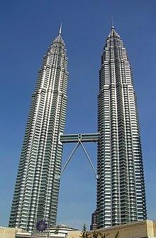 Vista delle Petronas Twin Towers di Kuala Lumpur in Malesia. Inaugurate nel 1996 e con un'altezza di 452 m, le torri Petronas (sede dell'omonima compagnia petrolifera) sono uno degli edifici più alti del mondo, al centro della foto è visibile lo sky bridge, un ponte sospeso che collega le due torri a 172 m di altezza da terra.
