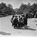 Kengänkiillottajapoikia Runebergin esplanadilla - N1806 (hkm.HKMS000005-0000015d).jpg