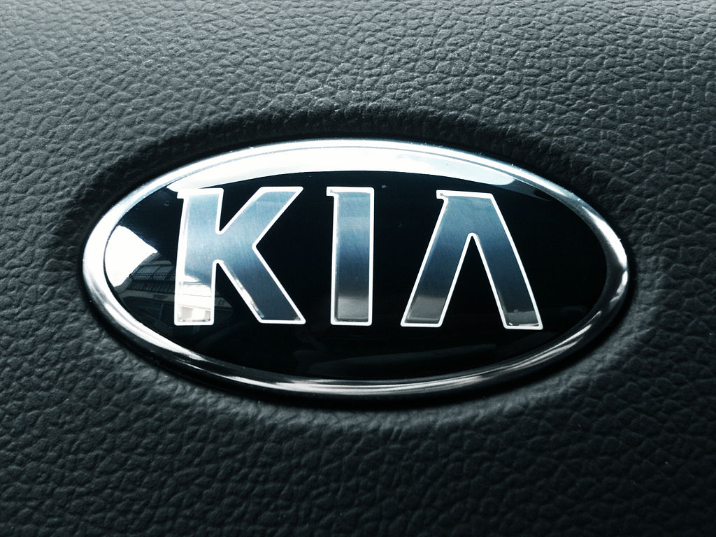 File Kia Pride Emblem Steeringwheel Jpg Wikimedia Commons