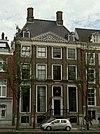 foto van Huis, door Philips Vingboons, met vierraams pilastergevel met fronton en twee dakkapellen in het schilddak