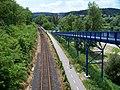Komořany, trať a stezka, z lávky Radotínského mostu.jpg