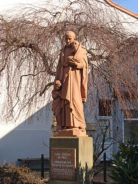 L'Hôpital (Moselle). Statue de Saint-Vincent de Paul, place des Cloches..jpg