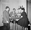 Man bereidt cocktails in zijn huisbar terwijl zijn vrouw een drankfles opent ee, Bestanddeelnr 252-9368.jpg