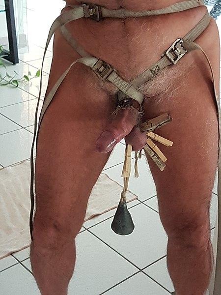 File:Man génital torture.jpg