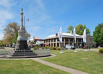 Mansfield, Victoria - Police memorial with the Mansfield Hotel in the background
