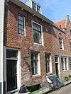 foto van Huis met rechte gevel, gootlijst op klossen