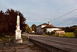 Monuments aux morts et Mairie.jpg