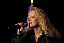 Sängerin mit Mikrofon.
