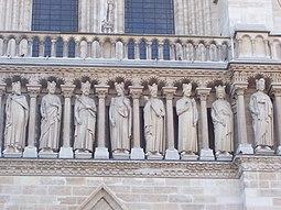 Galería de los Reyes, detalle de la iglesia de Notre Dame