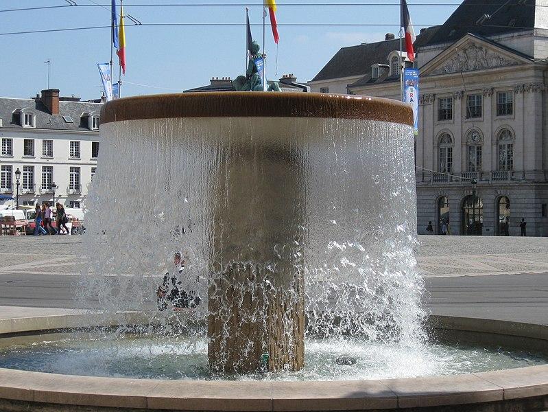 Fontaine place du Martroi (angle N-O), Orléans, Loiret, France