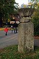 Otto Almstadt Einschnürung 1972 Adenauer Allee Hannover Skulptur vor dem Eingang zum Erlebnis-Zoo.jpg