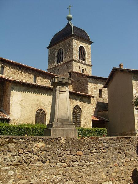 Vue de l'église Sainte-Marie-Madeleine de Pérouges, et monument aux morts.