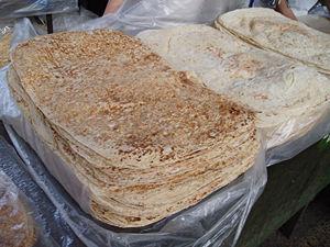 Lavash - Image: Pan armenio en el mercado de Yerevan