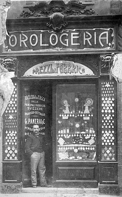 Un impiegato sulla porta dello storico negozio in piazza S.Giovanni a Firenze