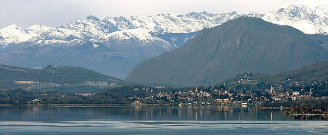 Panorama di Gavirate sullo sfondo delle Alpi
