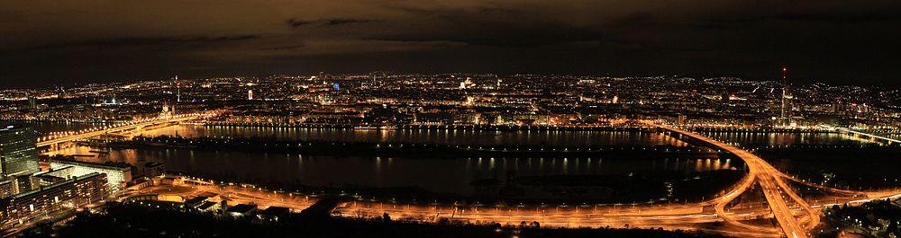 Panorama över Wien på natten