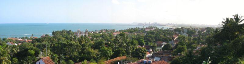 Vista do alto da Sé de Olinda com o Recife ao fundo.