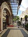 Pavillon des Sports du Palace, terrasse de l'entrée, à droite le Montreux-Palace.jpg