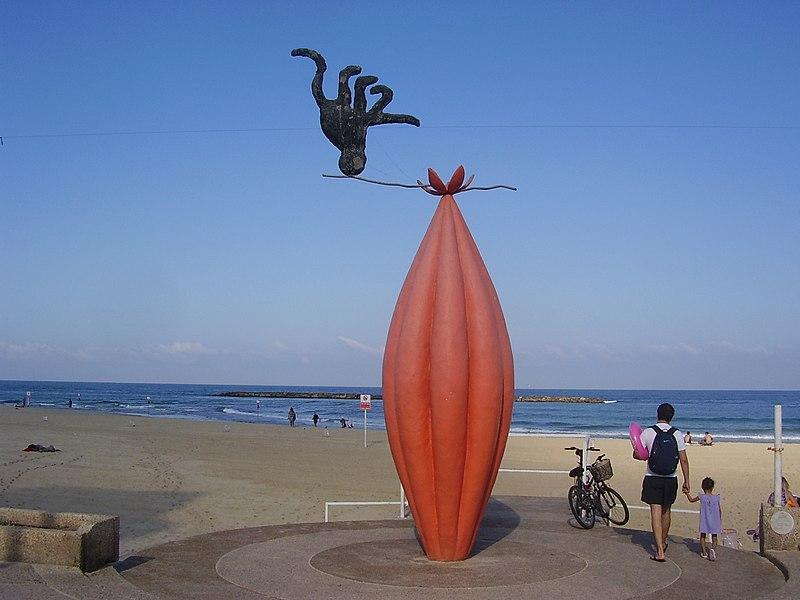 """""""מחוץ לתחום"""" של הפסל צדוק בן דוד בטיילת"""