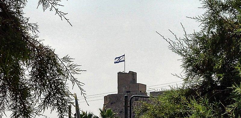 דגל ישראל על עמדה בריטית בעכו