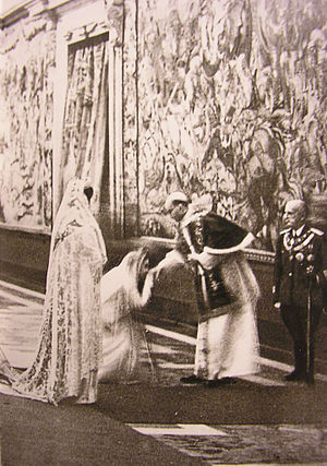 Privilège du blanc - Queen Elena of Italy and Crown Princess Marie-José wearing white garments in the presence of Pope Pius XII at the Quirinal Palace on 27 December 1939.