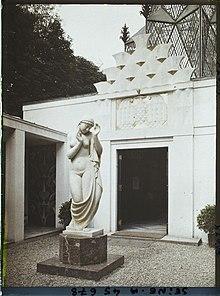 https://upload.wikimedia.org/wikipedia/commons/thumb/b/b9/Polish_pavilion_in_Paris_1925_courtyard.jpg/220px-Polish_pavilion_in_Paris_1925_courtyard.jpg
