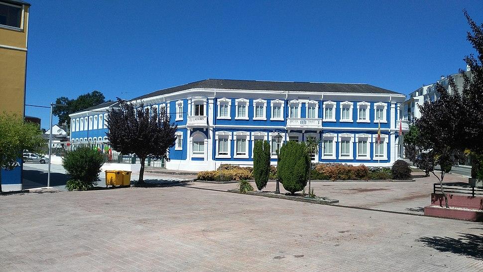 Praza vermella e colexio público Santa María.