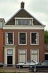 foto van Pand bestaande uit twee lagen, een schilddak met de nok loodrecht op de straat en een kelder
