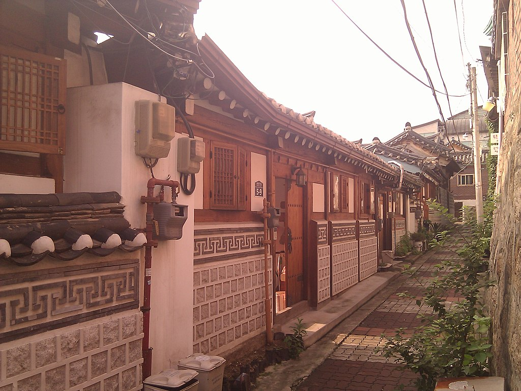 Random alley in Bukchon Hanok Village - panoramio