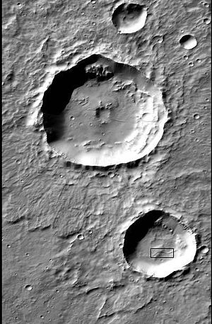 Inverted relief - Image: Ridge in crater in Terra Sirenum