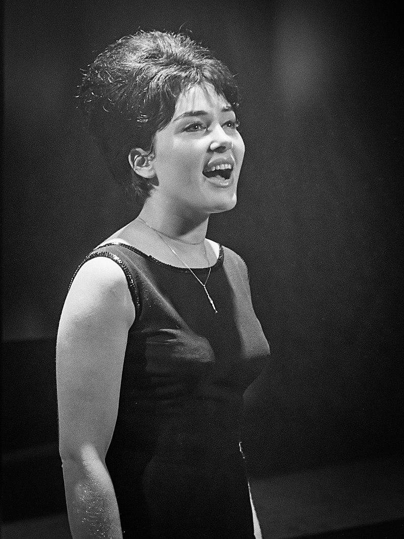 La chanteuse Rika Zaraï sur scène en 1963 | Photo : Wikimedia.