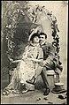 Romantisk par på benk (12341285653).jpg