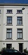 foto van Pand met gepleisterde lijstgevel. Geprofileerde vensteromlijstingen en cordonlijst boven de onderpui
