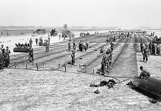 No. 85 Group RAF - Laying square mesh track at ALG B19, Lingèvres.