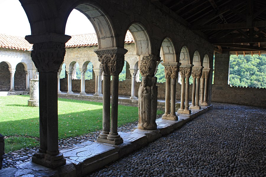 English:  Cloister of Our Lady's cathedral of St. Bertrand-de-Comminges.