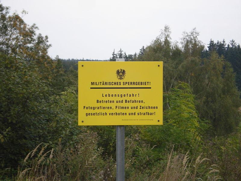File:Schild Militärisches Sperrgebiet, Allentsteig.jpg